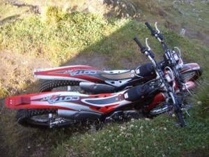 Mopeds vor der Lenkjöchlhütte