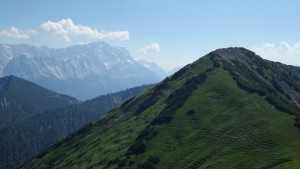 Vorn das Feldernjoch, links die Zugspitze - nochmal 1000 Meter höher (heute nicht auf dem Programm)