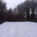 Die Spuren im Schnee zeigen, dass sich der Verkehr auf der Brücke in Grenzen hält