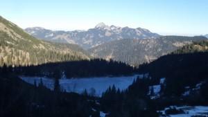 Zugefrorener Soinsee mit dem Wendelstein im Hintergrund